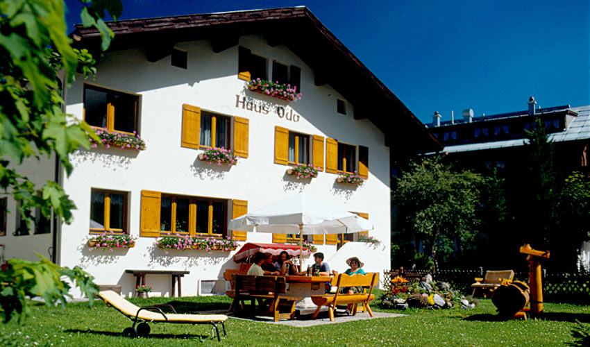 hausfoto haus odo gem tliche pension in zentraler lage in lech am arlberg. Black Bedroom Furniture Sets. Home Design Ideas